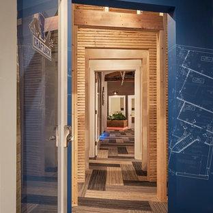 Пример оригинального дизайна: коридор в стиле фьюжн с ковровым покрытием