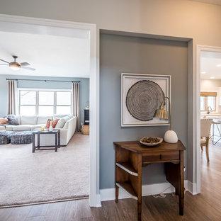 Diseño de recibidores y pasillos de estilo de casa de campo, pequeños, con paredes grises y suelo de madera en tonos medios