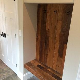 Exemple d'un couloir craftsman de taille moyenne avec un mur gris, un sol en carrelage de céramique et un sol gris.