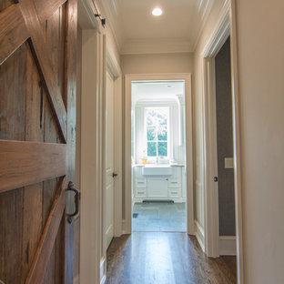 Idéer för mellanstora eklektiska hallar, med beige väggar, mörkt trägolv och brunt golv