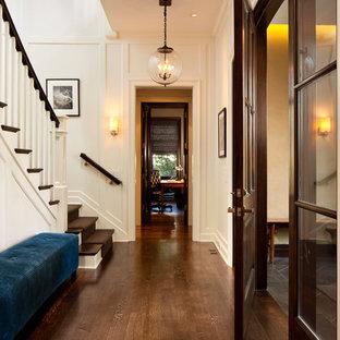 Imagen de recibidores y pasillos clásicos, de tamaño medio, con paredes blancas y suelo de madera oscura