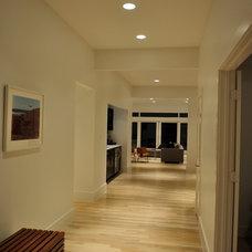 Modern Hall by Modern Custom Homes, LLC