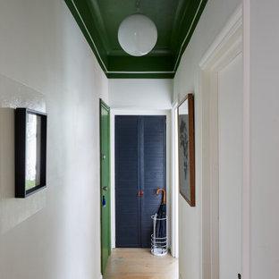 Inspiration för en liten funkis hall, med vita väggar, ljust trägolv och beiget golv