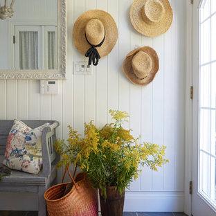 トロントの小さいビーチスタイルのおしゃれな廊下 (白い壁、磁器タイルの床、グレーの床) の写真