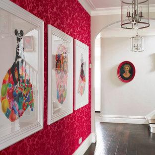 Diseño de recibidores y pasillos eclécticos con paredes rojas y suelo de madera oscura