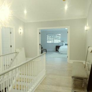 Inspiration för en mellanstor funkis hall, med vita väggar, laminatgolv och beiget golv