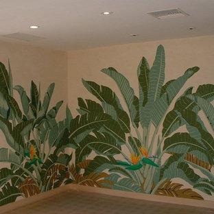 他の地域の広いトロピカルスタイルのおしゃれな廊下 (ベージュの壁、セラミックタイルの床、茶色い床) の写真
