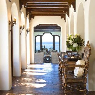 サンディエゴの中サイズの地中海スタイルのおしゃれな廊下 (濃色無垢フローリング) の写真