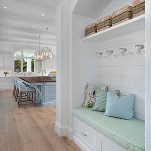 Inspiration för mellanstora maritima hallar, med vita väggar, mellanmörkt trägolv och brunt golv