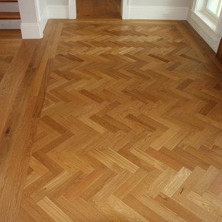 Exemple d'un couloir craftsman de taille moyenne avec un sol en bois brun, un mur gris et un sol marron.