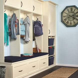 他の地域の大きいトラディショナルスタイルのおしゃれな廊下 (青い壁、セラミックタイルの床) の写真