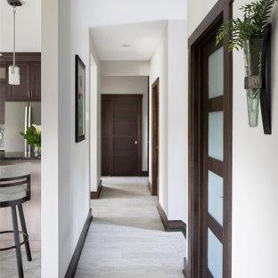 Неиссякаемый источник вдохновения для домашнего уюта: коридор среднего размера в стиле кантри с серыми стенами, полом из ламината и серым полом