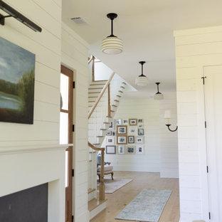 アトランタのカントリー風おしゃれな廊下 (淡色無垢フローリング、塗装板張りの壁) の写真