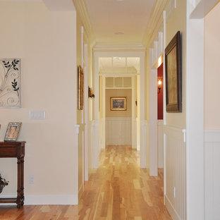 Cette photo montre un couloir chic avec un sol jaune.