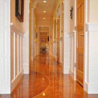 他の地域のトラディショナルスタイルのおしゃれな廊下 (オレンジの床) の写真