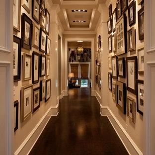 Inredning av en klassisk mycket stor hall, med beige väggar, mörkt trägolv och brunt golv