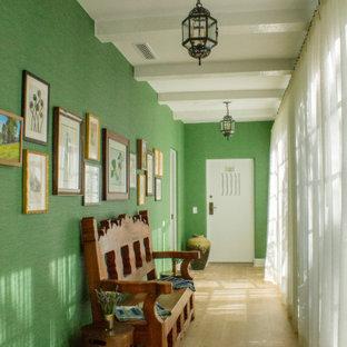 Inspiration pour un couloir méditerranéen de taille moyenne avec un mur vert et un sol en bois brun.