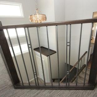 Exemple d'un couloir moderne avec un mur gris et moquette.