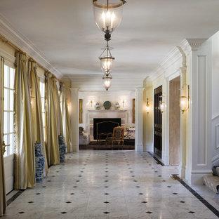 サンフランシスコのトラディショナルスタイルのおしゃれな廊下 (ベージュの壁、大理石の床、マルチカラーの床) の写真