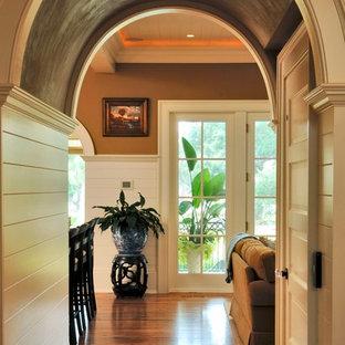 Cette image montre un couloir marin de taille moyenne avec un mur marron, un sol en bois brun, un sol marron, un plafond en bois et du lambris.