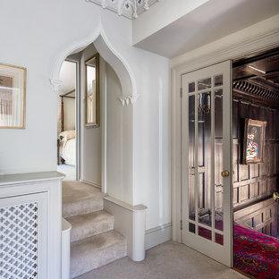 Exemple d'un grand couloir victorien avec un mur blanc et moquette.