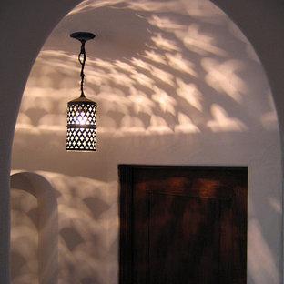 Imagen de recibidores y pasillos mediterráneos, de tamaño medio, con paredes blancas, suelo de baldosas de terracota y suelo rojo