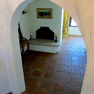 サンタバーバラの中サイズの地中海スタイルのおしゃれな廊下 (白い壁、テラコッタタイルの床、赤い床) の写真