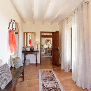マヨルカ島の中サイズの地中海スタイルのおしゃれな廊下 (ベージュの壁、テラコッタタイルの床) の写真