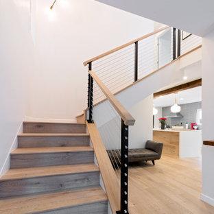 Idéer för att renovera en mellanstor funkis hall, med grå väggar, vinylgolv och beiget golv