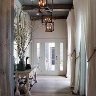 Imagen de recibidores y pasillos marineros, grandes, con paredes blancas, suelo de madera clara y suelo gris