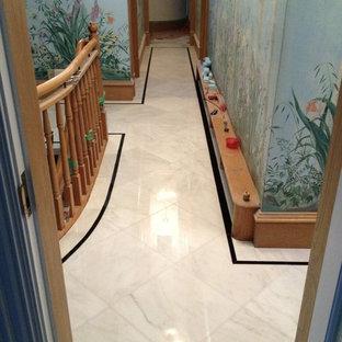 Идея дизайна: коридор в классическом стиле с разноцветными стенами и мраморным полом