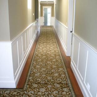 サンフランシスコの大きいトラディショナルスタイルのおしゃれな廊下 (ベージュの壁、淡色無垢フローリング) の写真