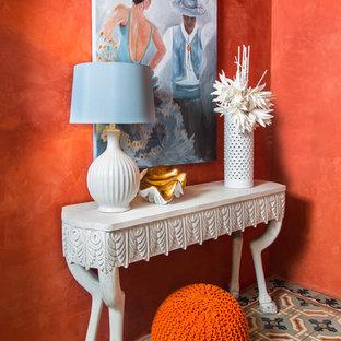 他の地域の中くらいのエクレクティックスタイルのおしゃれな廊下 (オレンジの壁、セラミックタイルの床、グレーの床) の写真