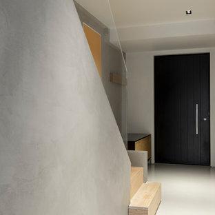 ロンドンの大きいモダンスタイルのおしゃれな廊下 (グレーの壁、テラゾの床、グレーの床) の写真
