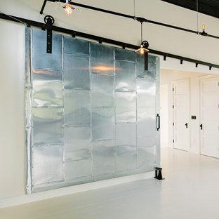 Idée de décoration pour un couloir urbain avec un mur blanc et un sol blanc.