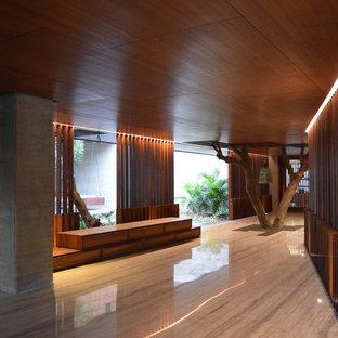 Modern inredning av en stor hall, med marmorgolv