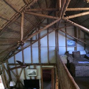 Foto på en mellanstor tropisk hall, med vita väggar, ljust trägolv och beiget golv