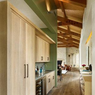Cette image montre un couloir de taille moyenne avec un mur vert et un sol en bois brun.