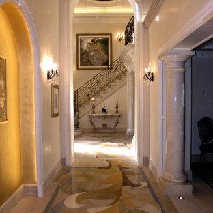 ロサンゼルスのトラディショナルスタイルのおしゃれな廊下 (ベージュの壁、大理石の床、マルチカラーの床) の写真