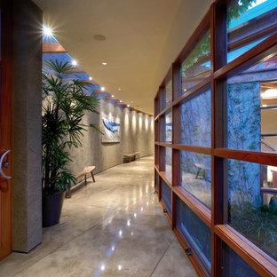 Inspiration pour un couloir design avec béton au sol.
