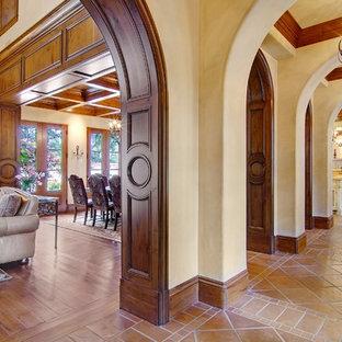 Idéer för att renovera en stor medelhavsstil hall, med beige väggar och klinkergolv i terrakotta