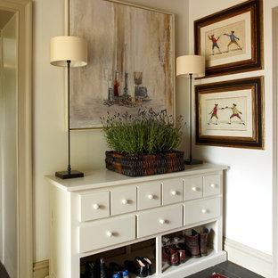 Новые идеи обустройства дома: коридор среднего размера в стиле кантри с белыми стенами и полом из сланца