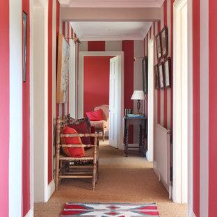 Ejemplo de recibidores y pasillos campestres con paredes multicolor y moqueta