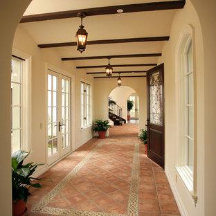 Inspiration för en vintage hall, med beige väggar och klinkergolv i terrakotta