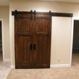Immagine di un ingresso o corridoio tradizionale di medie dimensioni con pareti beige e moquette