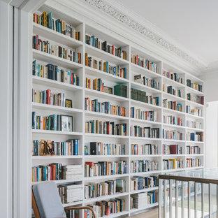 Idéer för att renovera en stor minimalistisk hall, med vita väggar, ljust trägolv och brunt golv