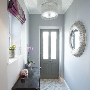 Ispirazione per un ingresso o corridoio contemporaneo con pareti bianche, pavimento in terracotta e pavimento grigio