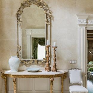 Idées déco pour un très grand couloir classique avec un mur beige et un sol en travertin.