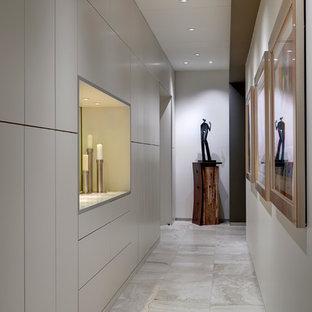 Idéer för en mellanstor modern hall, med vita väggar, travertin golv och grått golv
