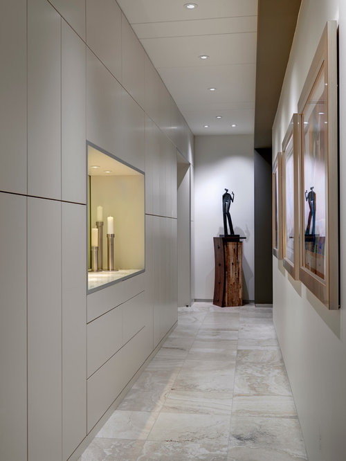 Moderner flur mit travertin ideen design bilder houzz for Moderner flur